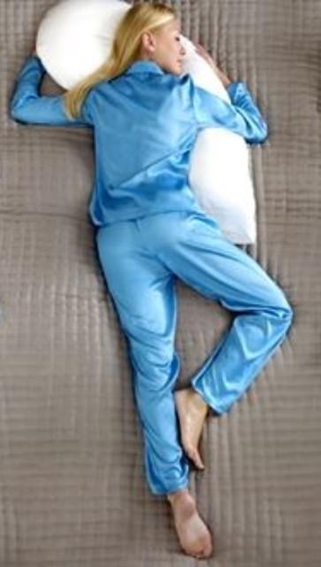 ребёнок спит на животе полубоком загибает ногу назад
