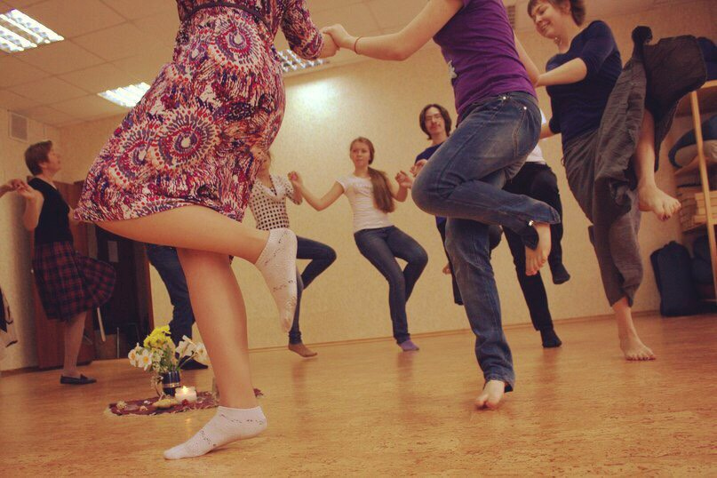 танцы кругом фото всегда веселыми